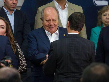 Carlos Romero Deschamps, líder sindical de Pemex, con Enrique Peña Nieto.