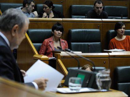 La portavoz de EH Bildu, Maddalen Iriarte, cuyo grupo no ha votado, durante la intervención del consejero de Hacienda, Pedro Azpiazu.