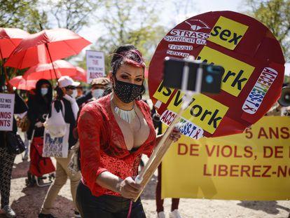 Un grupo de prostitutas, manifestándose este mes de abril en París para pedir una mejora de la ley contra la prostitución francesa