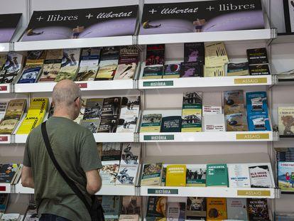 Un visitante en la pasada edición de la Setmana del Llibre en Català, en la avenida de la Catedral.