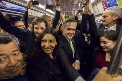 La alcaldesa de París, Anne Hidalgo y el jefe de gobierno, Miguel Ángel Mancera viajan en el metro de la Ciudad de México.