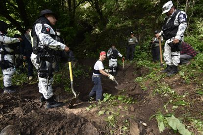 """Integrantes del colectivo """"Los otros buscadores de Huitzuco"""", realizan una búsqueda en fosas clandestinas en el estado de Guerrero."""