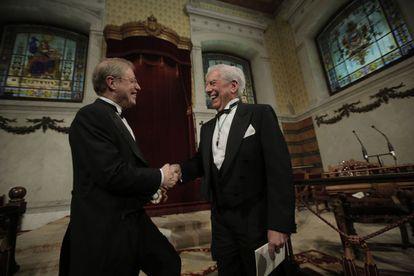 Los escritores Félix de Azúa y Vargas Llosa se saludan.