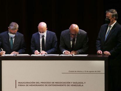 La firma del representante de la oposición, Gerardo Blyde; Dan Nylander, diplomático noruego y Jorge Rodríguez, presidente de la Asamblea Nacional de Venezuela junto al canciller mexicano Marcelo Ebrard, este viernes en Ciudad de México.