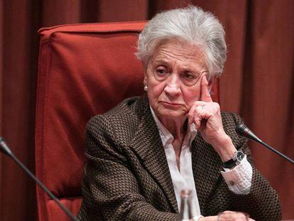 Marta Ferrusola, cuando compareció en febrero de 2015 ante la comisión anticorrupción del Parlamento catalán. En vídeo, comparecencia de Ferrusola en el Parlament en 2015.