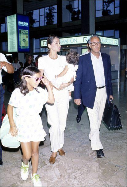 Isabel Preysler (con Ana Boyer en brazos), Miguel Boyer y Tamara Falcó, a principios de los noventa.