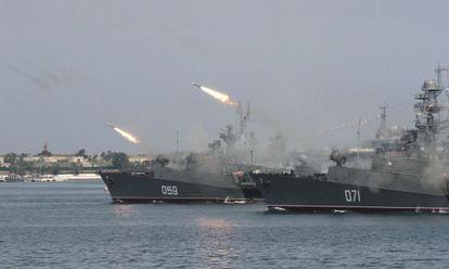 Un buque de guerra ruso dispara durante un ejercicio naval en Sebastopol el 25 de julio