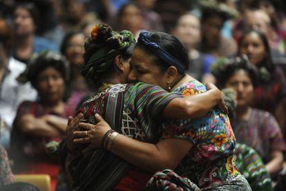 La Premio Nobel de la Paz Rigoberta Menchú abraza a una víctima de la guerra civil.