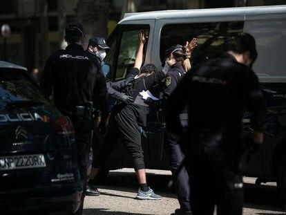 Los agentes registran a un ciudadano durante un dispositivo conjunto de Mossos, Policía Nacional y Guardia Urbana en Barcelona, el pasado 17 de abril.