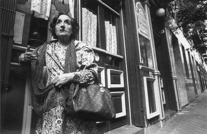 Maruja Mallo en una calle de Madrid, en 1983.