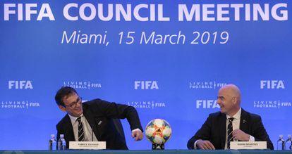 Gianni Infantino, presidente de la FIFA, junto a Fabrice Jouhaud, responsable de comunicación.