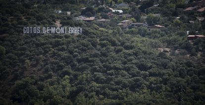 """El cartel hollywoodiense de Cotos de Monterrey, una urbanización de Venturada, se ve desde kilómetros de distancia. Ha destacado sobre los vecindarios cercanos durante sus cinco décadas de existencia: una urbanización """"privilegiada"""" en medio de la Sierra Pobre."""