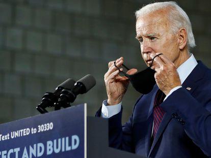 Joe Biden se colocaba una mascarilla tras terminar su intervención en un mitin en Lancaster (Pensilvania), este jueves.