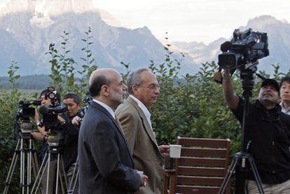 Ben Bernanke (izquierda) junto al gobernador de la Reserva Federal de Dallas, Donald L. Kohn, con las Montañas Rocosas al fondo, al inicio del encuentro ayer en Jackson Hole (EE UU).