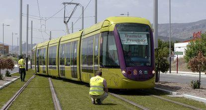 Unos operarios inspeccionan el tranvía en la fase de pruebas, el año pasado.