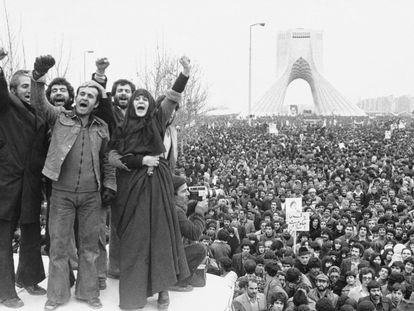 Decenas de miles de iraníes reclaman en la plaza de Azadi (Libertad), en Teherán, el regreso del exilio del ayatolá Jomeini.
