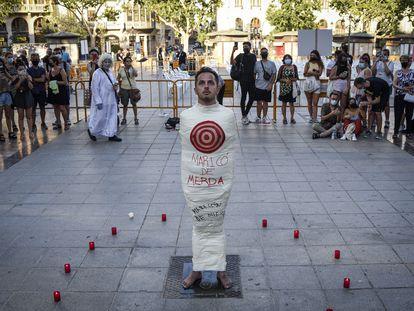 Un joven durante una manifestación para condenar el asesinato de Samuel Luiz.