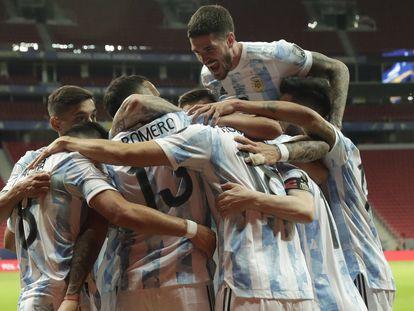 Los futbolistas de Argentina celebran el gol de Guido Rodríguez, en la Copa América.