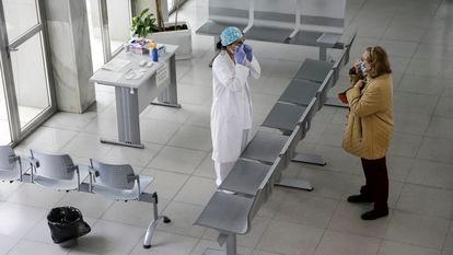 DVD994 (17/04/2020) Un mujer sanitaria hace el primer cribado y reparte mascarillas en el hall de entrada del Centro de Salud Calesas en Usera en Madrid.