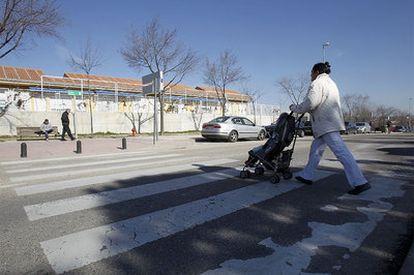 Paso de peatones de la avenida Olímpica de Alcobendas en el que murió atropellado el niño de dos años.