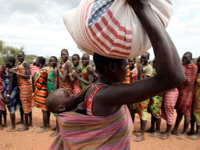 Una mujer dandinga transporta comida donada por el Programa Mundial de Alimentos en la localidad de Lauro, Sudán del Sur.
