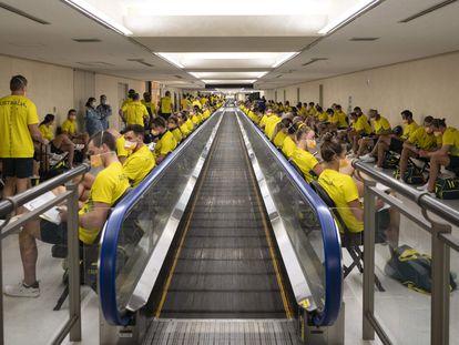 Deportistas de la delegación australiana tras llegar al aeropuerto de Narita el pasado día 17