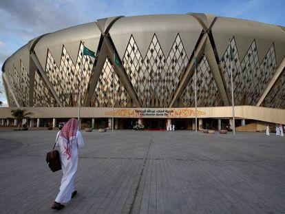 Un hombre se dirige al estadio Rey Abdullah de la ciudad saudí de Yeda.