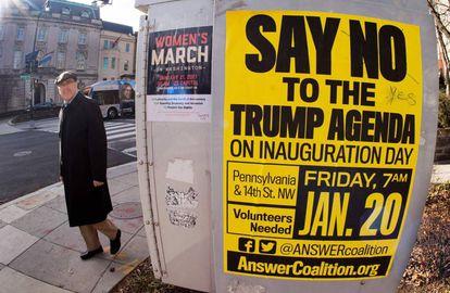 Dos carteles sobre marchas contra Trump, en el centro de Washington