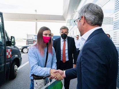La atleta bielorrusa Kristsina Tsimanuskaia saluda al Secretario de Estado de Austria, Magnus Brunner, en Viena el miércoles 4 de agosto.