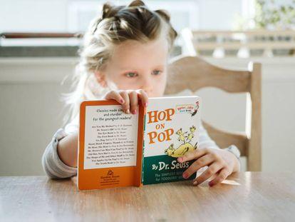 Una niña lee un libro en inglés.