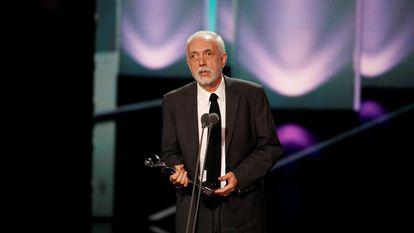 Fernando Trueba recoge el premio a la mejor dirección por 'El olvido que seremos', durante la ceremonia de entrega de los Premios Platino.