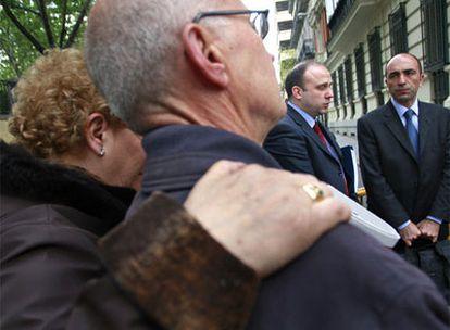 Familiares de las víctimas del Yak-42, con los forenses turcos Bülent Sam (derecha) y Ömer Müslümanoglu, ante la Audiencia.