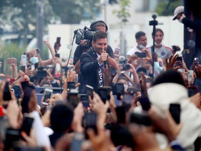 Messi saluda a aficionados tras firmar su contrato con el PSG, el jueves en la puerta del Parque de los Príncipes, en París.