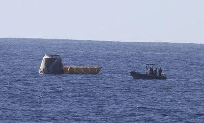La nave de carga Dragon, en aguas del Pacífico, donde cayó tras dar dos vueltas a la Tierra en el primer ensayo de un sistema de transporte comercial para la Estación Espacial.