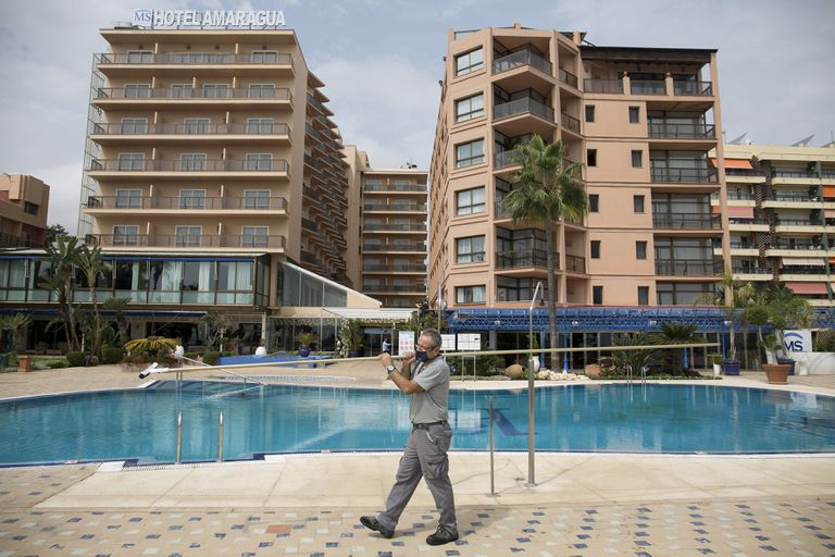 A worker at a Torremolinos hotel closed due to the coronavirus crisis, on September 17.