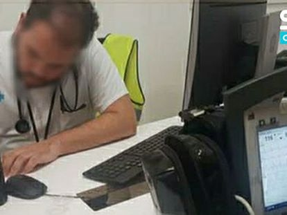 El falso médico, ejerciendo en el centro logístico de Amazon.