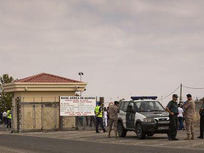 Agentes de la Guardia Civil en la base de Morón, tras una protesta.