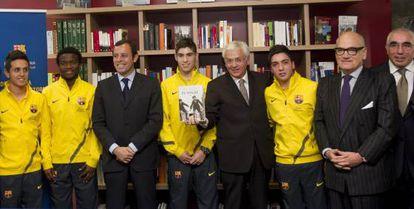 El presidente del Barça y el consejero de Cultura, durante la presentación de la campaña de lectura en la Masia.