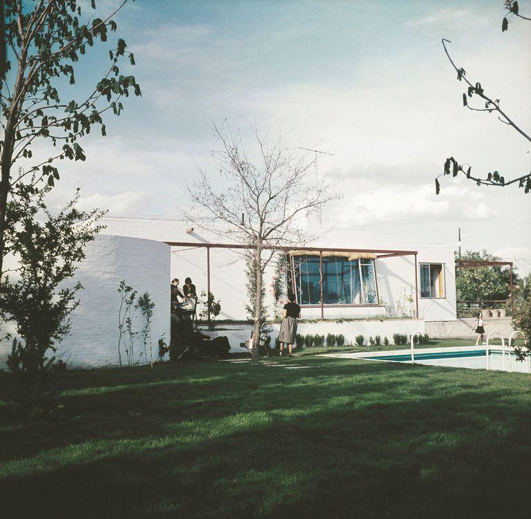 La casa estudio de Julio Cano Lasso en el barrio de La Florida, en Madrid, se percibe desde fuera como una construcción sencilla y de geometría dura de color blanco que él mismo encalaba todos los años. |