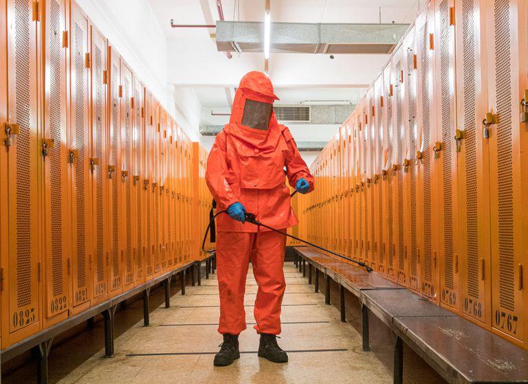 Un operario desinfecta los accesos para los trabajadores en la factoría Opel en Figueruelas, Zaragoza, este jueves.