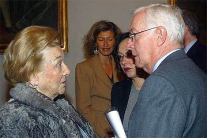 Ángela Mora, viuda de Fernando Lázaro Carreter, conversa con Víctor García de la Concha, ayer en Salamanca.