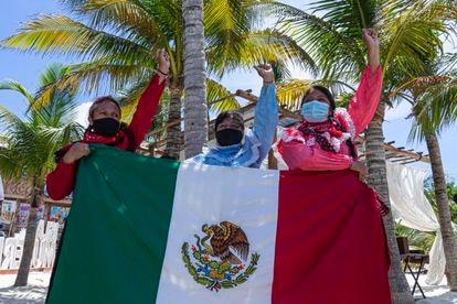 Mujeres otomies viajaron desde Ciudad de México para mostrar su apoyo al EZLN.