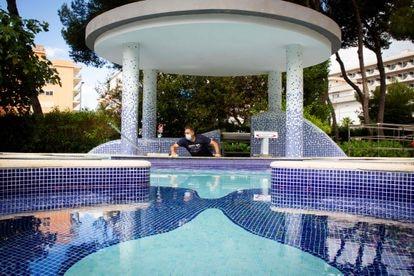 Un operario limpia un hotel de Mallorca que se prepara para recibir a turistas alemanes.