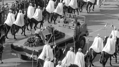 Traslado del cortejo con los restos mortales de Franco al Valle de los Caídos cubierto con una bandera del Águila de San Juan.