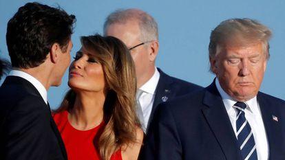 La primera dama estadounidense, Melania Trump, junto al presidente de EE UU, Donald Trump, y el primer ministro de Canadá, Justin Trudeau, en el G7 en Biarritz.