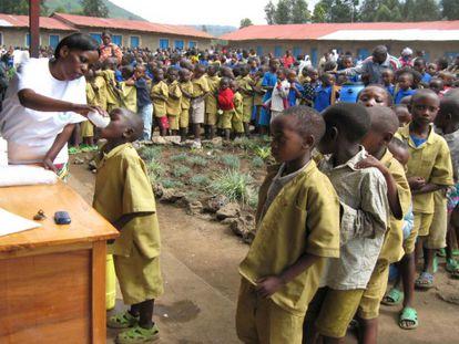 Campaña contra la esquistosomiasis en una aldea africana.