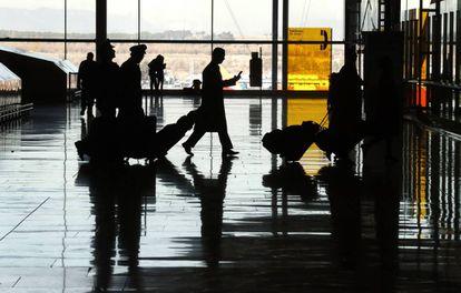 Viajeros con maletas en el aeropuerto de Madrid-Barajas
