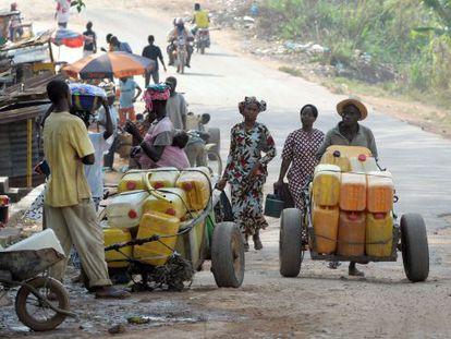 Una calle de Gueckedou (Guinea), cercana a las fronteras con Liberia y Sierra Leona y uno de los focos del brote de ébola.