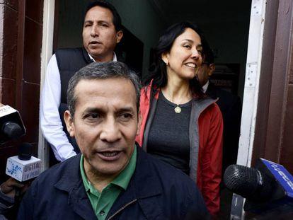 El expresidente de Perú Ollanta Humala abandona junto a su esposa el local de su partido político.