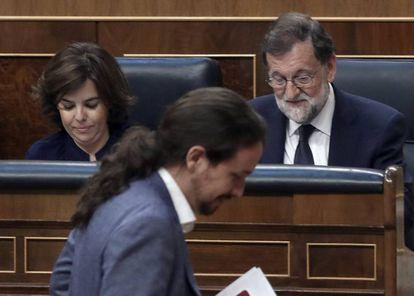 Pablo Iglesias pasa por delante de Mariano Rajoy y Soraya Sáenz de Santamaría durante la sesión de la moción de censura.